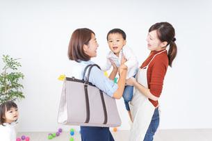 幼稚園のお迎えに行くお母さんの写真素材 [FYI04726363]