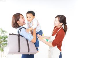 幼稚園の送り迎えをするお母さんの写真素材 [FYI04726364]