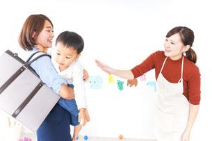 幼稚園の送り迎えをするお母さんの写真素材 [FYI04726369]
