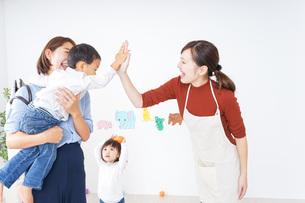 幼稚園のお迎えに行くお母さんの写真素材 [FYI04726370]