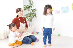 幼稚園で遊ぶ子どもの写真素材 [FYI04726372]