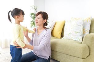 子どもの髪の毛を結ぶお母さんの写真素材 [FYI04726376]