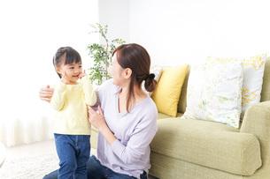 子どもの髪の毛を結ぶお母さんの写真素材 [FYI04726389]