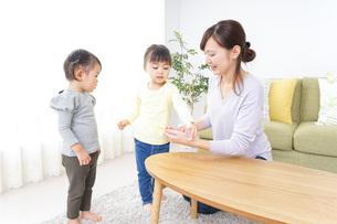 髪の毛をセットする子供とお母さんの写真素材 [FYI04726393]