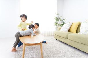 家で友だちと遊ぶ子供の写真素材 [FYI04726401]