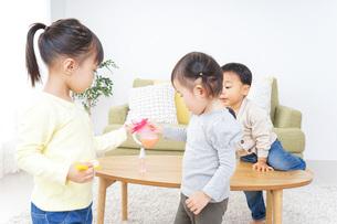 家で友だちと遊ぶ子供の写真素材 [FYI04726402]