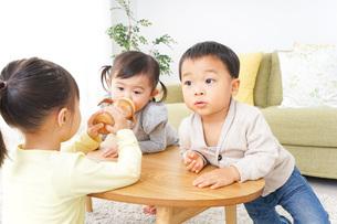 家で友だちと遊ぶ子供の写真素材 [FYI04726417]