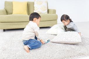 兄弟で家で遊ぶ子供の写真素材 [FYI04726458]