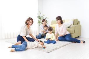 自宅に集まるお母さんと子供の写真素材 [FYI04726477]