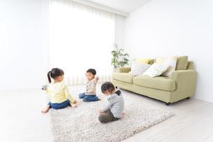 家で友だちと遊ぶ子供の写真素材 [FYI04726479]
