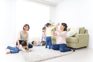 自宅に集まるお母さんと子供の写真素材 [FYI04726481]