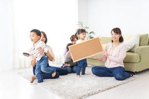 ボードを持つ子供とお母さんの写真素材 [FYI04726494]