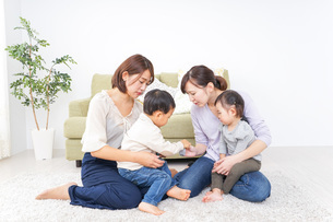 幼馴染とママ友の写真素材 [FYI04726508]