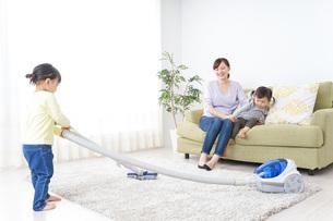 家事をする子供とお母さんの写真素材 [FYI04726509]