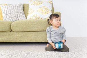 プレゼントを持つ子供の写真素材 [FYI04726521]