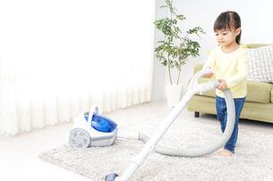 部屋を掃除する子供の写真素材 [FYI04726525]