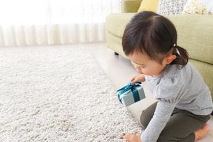 プレゼントを持つ子供の写真素材 [FYI04726527]