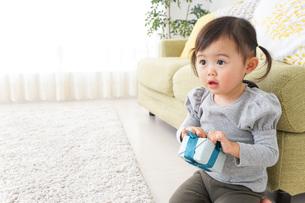 プレゼントを持つ子供の写真素材 [FYI04726528]