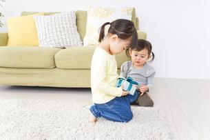プレゼント交換をする子供の写真素材 [FYI04726529]