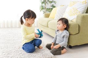 プレゼント交換をする子供の写真素材 [FYI04726530]