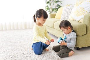 プレゼント交換をする子供の写真素材 [FYI04726532]