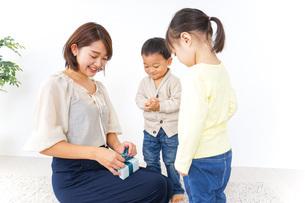 プレゼント交換をする子供の写真素材 [FYI04726538]