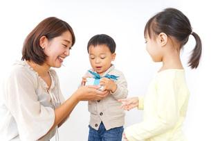 プレゼント交換をする子供の写真素材 [FYI04726546]