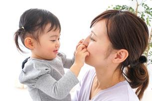 お母さんと子どもの写真素材 [FYI04726548]