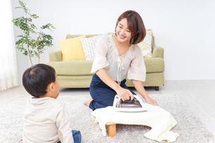 家事をするお母さんと子供の写真素材 [FYI04726551]