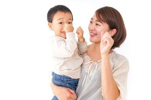男の子を抱くお母さんの写真素材 [FYI04726556]