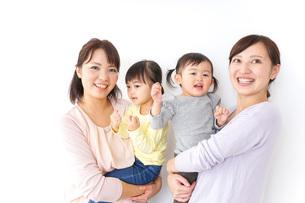 だっこをする2組の親子の写真素材 [FYI04726558]