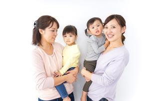 だっこをする2組の親子の写真素材 [FYI04726561]