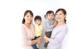 だっこをする2組の親子の写真素材 [FYI04726572]