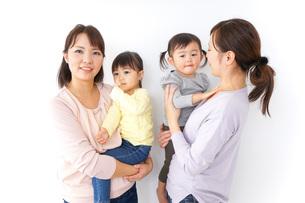 だっこをする2組の親子の写真素材 [FYI04726574]