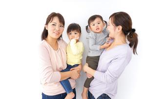 だっこをする2組の親子の写真素材 [FYI04726575]