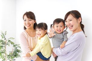 だっこをする2組の親子の写真素材 [FYI04726576]