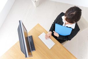 オフィスでデスクワークをする女性の写真素材 [FYI04726600]
