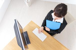 オフィスでデスクワークをする女性の写真素材 [FYI04726602]