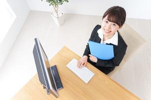 オフィスでデスクワークをする女性の写真素材 [FYI04726612]