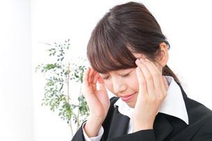 頭痛に苦しむビジネスウーマンの写真素材 [FYI04726621]