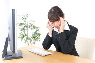 頭痛に苦しむビジネスウーマンの写真素材 [FYI04726623]