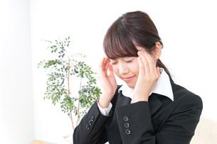 頭痛に苦しむビジネスウーマンの写真素材 [FYI04726628]