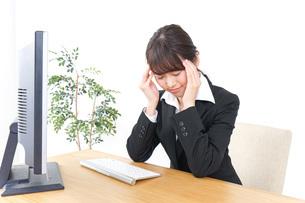 頭痛に苦しむビジネスウーマンの写真素材 [FYI04726630]