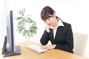 睡眠不足・居眠りをするビジネスウーマンの写真素材 [FYI04726632]