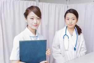 ミーティングをする医師と看護師の写真素材 [FYI04726661]