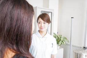 病院に勤務する医師と看護師の写真素材 [FYI04726669]