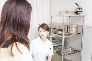 病院に勤務する医師と看護師の写真素材 [FYI04726672]