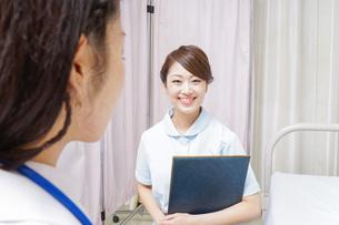 ミーティングをする医師と看護師の写真素材 [FYI04726676]