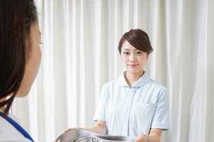 医師に道具を渡す看護師の写真素材 [FYI04726682]