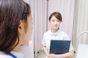 ミーティングをする医師と看護師の写真素材 [FYI04726684]